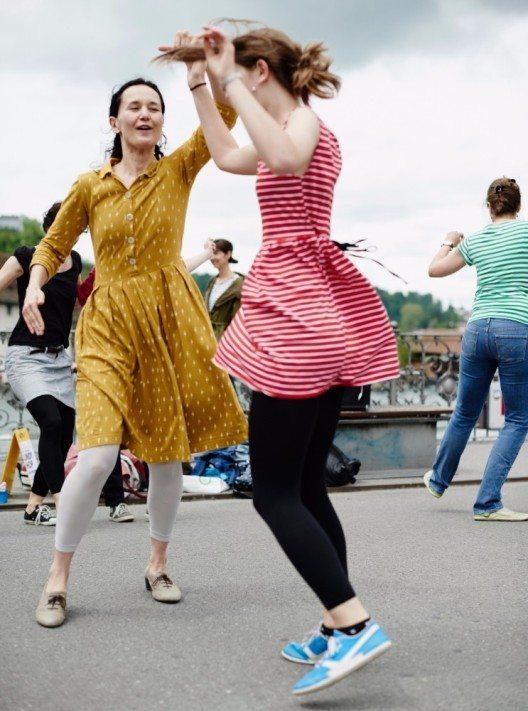 Tanzen bereitet Freude, es bewegt und bringt Menschen zusammen.