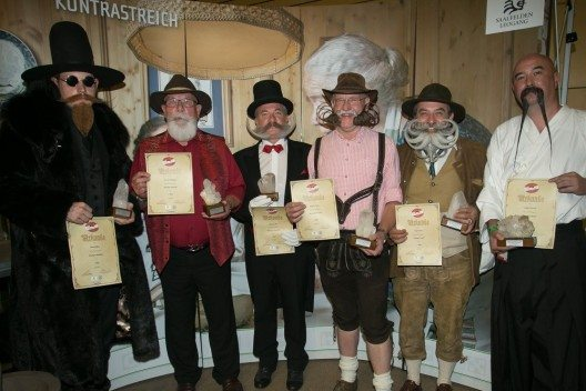 Die Bart-Weltmeister der KategorieKinn- und Backenbärte(vlnr.): Jeffrey Beard (USA), Wolfgang Servay (D), Gilles Pollinien (F), Dieter Besuch (D), Norbert Topf (NÖ, Lilienfeld) und Patrick Langley (USA).