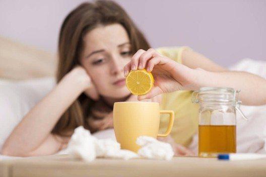 Mit verschiedenen Vorbeugemassnahmen lassen sich typischen Erkrankungen der Wintermonate rechtzeitig ein Schnippchen schlagen. (Bild: © Halfpoint - shutterstock.com)