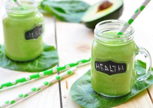 Nehmen sie doch einfach einen leckeren Grünen Smoothie mit zur Arbeit. (Bild: © Tetiana-Chudovska - shutterstock.com)
