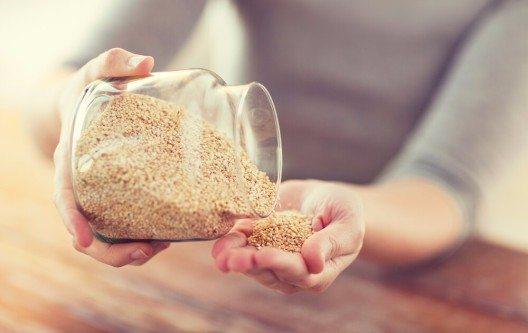 Das Urkorn Quinoa ist glutenfrei, enthält viele Vitamine, Mineralien und Nähstoffe und schlägt unsere herkömmlichen Getreide um Längen. (Bild: © Syda Productions - shutterstock.com)