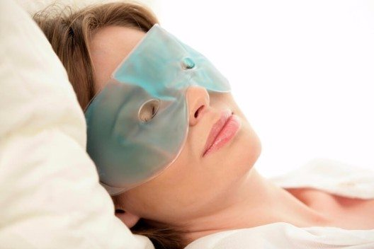 Ein kühlendes Augengel hilft am Morgen gegen geschwollene Augen. (Bild: © Christo - shutterstock.com)