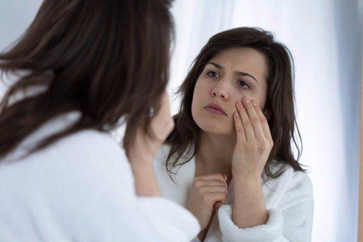 Falten, Fältchen und sonstige Zeichen der Hautalterung zeigen sich im Augenbereich meist als allererstes. (Bild: © Photographee.eu - shutterstock.com)