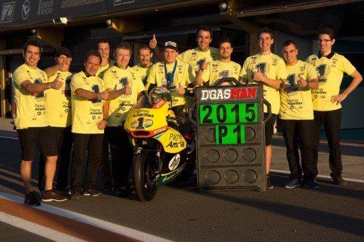 Das Paginas-Amarillas-Pons-Racing-Team freut sich über den Gewinn des 1. offiziellen Europameister-Titels in der Moto2-Kategorie. (Bild: © obs/Mithos Fashion)