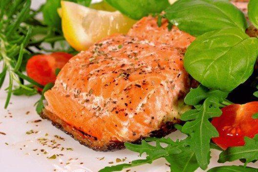 Zur Vorbeugung sollten Lebensmittel mit einem niedrigen Index bevorzugt werden. Hierzu zählen z. B. Fisch oder Gemüse. (Bild: © OLENA GIZOVA - shutterstock.com)
