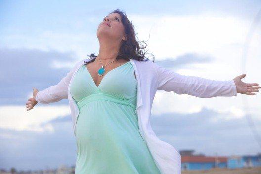 Frauen mit Kurven besitzen meist das, wovon ihre schlanken Geschlechtsgenossinnen nur träumen können – ein wohlgeformtes und üppiges Dekolleté. (Bild: © James Peragine - shutterstock.com)