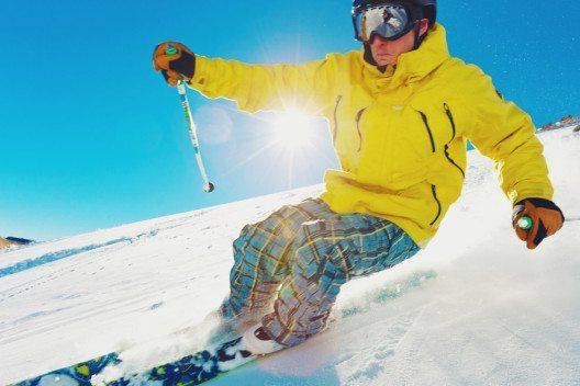 Für viele Hobbysportler steht jetzt wieder die schönste Zeit des Jahres bevor: Die Skisaison beginnt. (Bild: EpicStockMedia –shutterstock.com)