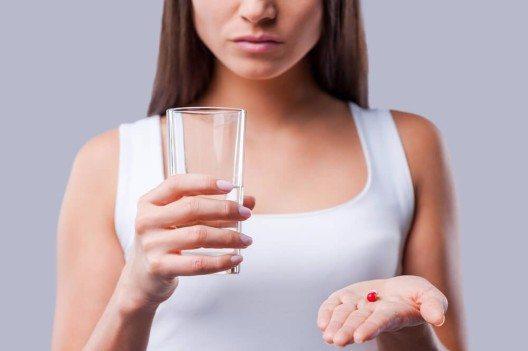 Viele Patienten greifen zu chemischen Hustenlösern oder fragen ihren Arzt nach Antibiotika. (Bild: © g-stockstudio - shutterstock.com)