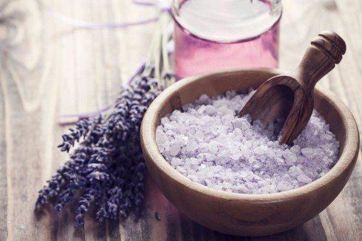 Badesalz ist mit seiner wohltuenden Wirkung auf die Haut und entspannenden Düften ein beliebter Badezusatz. (Bild: © YuliaKotina - shutterstock.com)