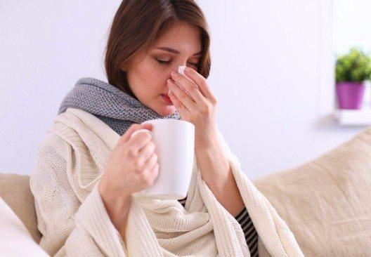 Eine heisse Milch mit Honig gilt als bewährtes Hausmittel, um einen gereizten Hals zu beruhigen. (Bild: © sheff - shutterstock.com)