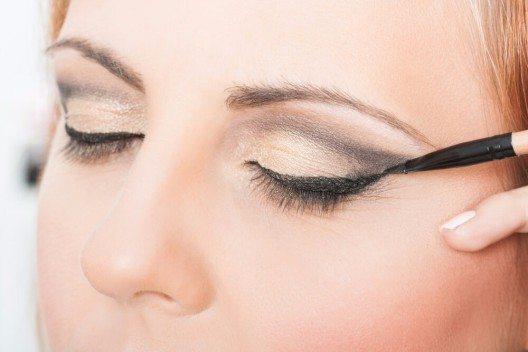 Eyeliner oder Lidschatten am Wimpernkranz auftragen. (Bild: © InesBazdar - shutterstock.com)