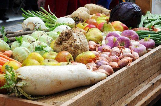 Im Winter sollte man unbedingt ein paar Obst- und Gemüsesorten in den Speiseplan einbauen. (Bild: Annavee – Shutterstock.com)