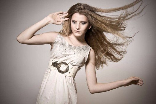 Grosse, auffällige Gürtel, ziehen die Blicke auf sich und betonen die weibliche Figur raffiniert. (Bild: © ardni - shutterstock.com)