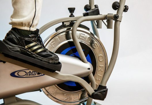 Auch zuhause ist gutes Schuhwerk für sicheren Halt auf den Geräten erforderlich. (Bild: pixabay.com © stevepb / CC0 Public Domain)