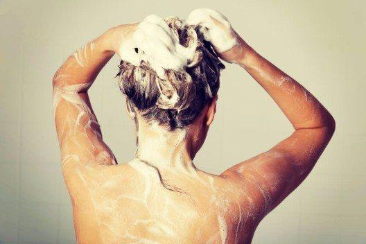 Tägliches Haarewaschen lässt Haar und Kopfhaut schneller nachfetten? (Bild: © Piotr Marcinski - shutterstock.com)