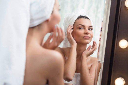 Welche und wieviel Pflege die Haut benötigt, hängt immer vom individuellen Hautbild ab. (Bild: © Photographee.eu - shutterstock.com)