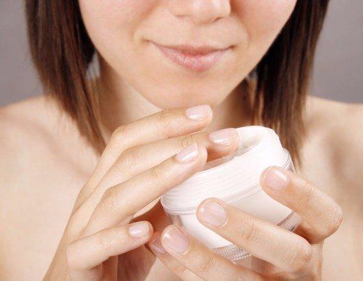 """""""Aus der Kosmetikpraxis wissen wir, dass sich die Haut nur die Wirkstoffe nimmt, die sie braucht. (Bild: © Karuka - shutterstock.com)"""