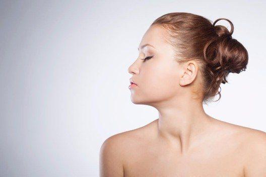 Das Haar kann stilvoll hochgesteckt werden. (Bild: © popovich_vl - shutterstock.com)