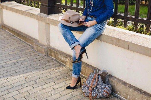 Die richtige Jeans gleicht kleine Figurmakel aus. (Bild: Markevich Maria – Shutterstock.com)