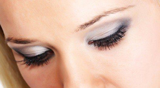 Ein Glamour-Look, der nicht zu überschwänglich wirkt! (Bild: © Marina Dyakonova - shutterstock.com)
