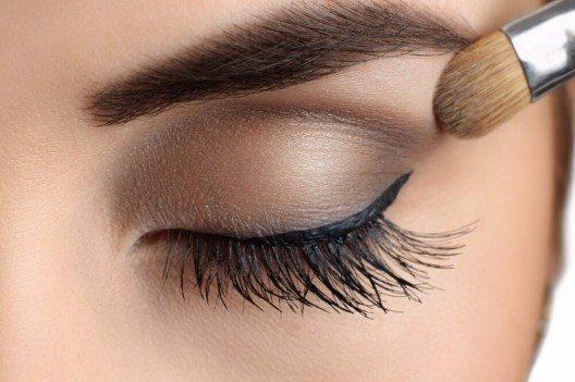 Eine Grundierung lässt deine Wimpern kräftiger und länger erscheinen. (Bild: © vitals - shutterstock.com)
