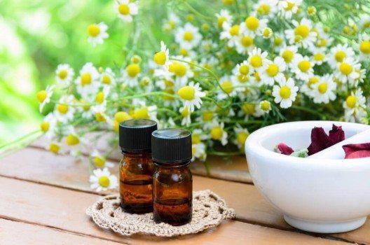 Körperpflege- und Massageöle sind schnell selbst gemacht, ergiebig und lassen sich vielfältig anwenden. (Bild: © Botamochy - shutterstock.com)