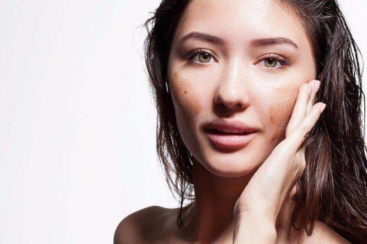 Peelings gehören seit jeher zum Pflichtprogramm für strahlend schöne Haut – nicht nur nach den Feiertagen. (Bild: © BeautyStockPhoto - shutterstock.com)