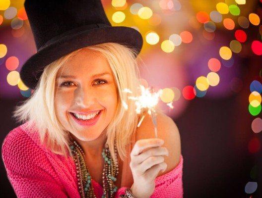 Wer eine schlichte Garderobe gewählt hat, darf mit Accessoires gern etwas übertreiben. (Bild: © luminaimages - shutterstock.com)