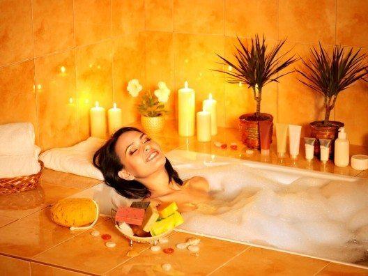 Im Winter ist es besonders entspannend, sich zu baden und mit tollen Kosmetika zu verwöhnen. (Bild: © Poznyakov - shutterstock.com)