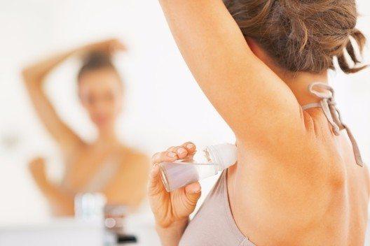 Manche Deos enthalten hautberuhigende Inhaltsstoffe wie Kamille. (Bild: © Alliance - shutterstock.com)
