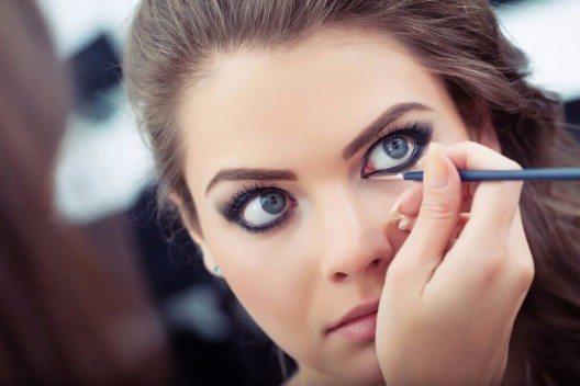 """Geht es um den Lidstrich, setzen die meisten ganz """"linientreu"""" auf dunklen Kajal oder Eyeliner. (Bild: © Mike Laptev - shutterstock.com)"""