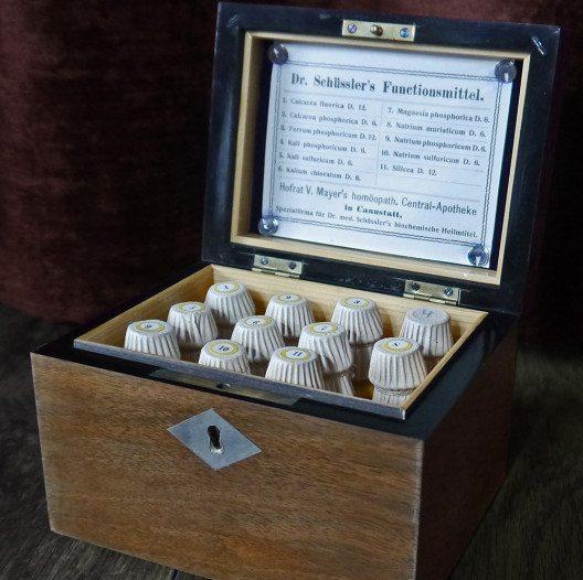 Kiste mit 11 Schüssler-Salzen von 1923. (Bild: DeepSilent63, Wikimedia, CC)