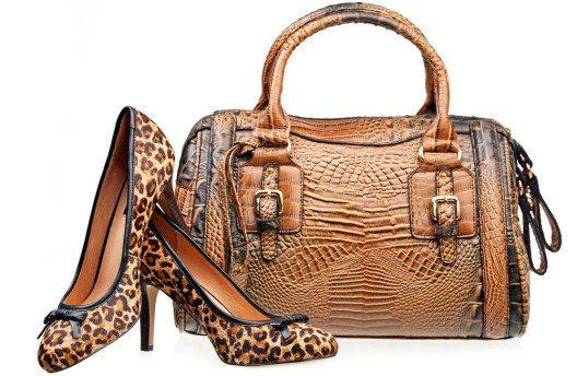 Animal Prints zieren nicht nur Kleider, sondern auch Schuhe und Taschen. (Bild: Photobac – Shutterstock.com)
