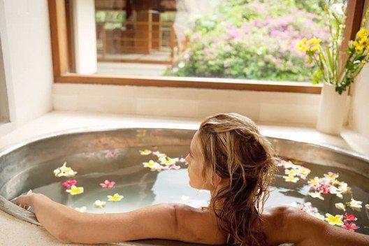 Ist die Laune auf dem Nullpunkt, kann ein warmes Aroma-Bad wahre Wunder wirken. (Bild: © MJTH - shutterstock.com)
