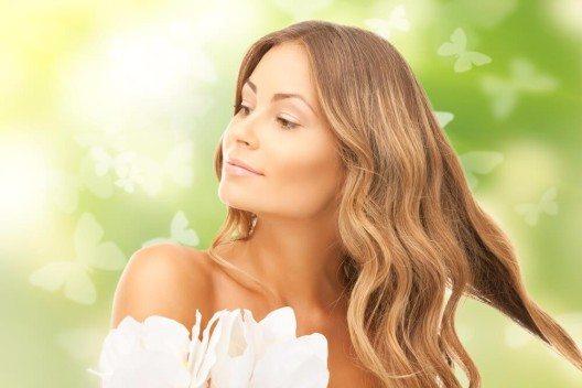 Besonders in Sachen Haarpflege haben Frauen und Männer ihre ganz eigenen Rituale. (Bild: © Syda Productions - shutterstock.com)
