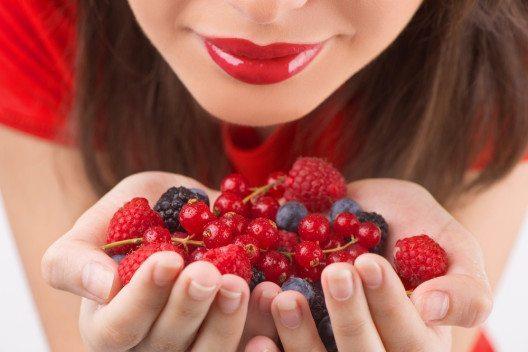 Besonders gut kommen Beerentöne auf den Lippen zur Geltung. (Bild: BlueSkyImage – Shutterstock.com)