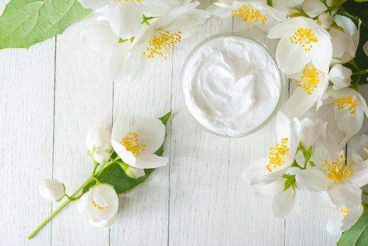 Florale Inhaltsstoffe haben einen festen Platz in den Bereichen Kosmetik, Duft- und Pflege. (Bild: © images72 - shutterstock.com)