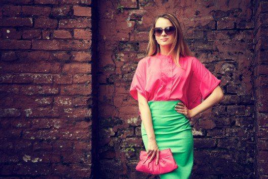 Blusen können jedem Outfit Klasse und Chic verleihen. (Bild: brickrena – Shutterstock.com)