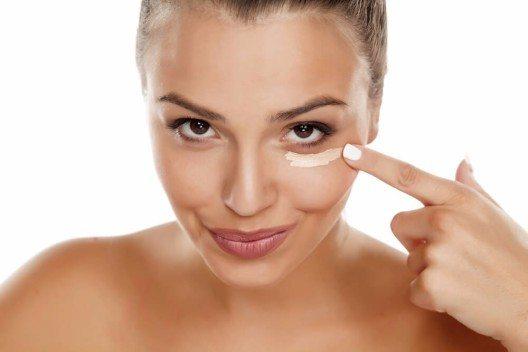 Concealer ist die Allzweckwaffe gegen alle kleinen Makel und Hautunreinheiten der Haut. (Bild: © Vladimir Gjorgiev - shutterstock.com)