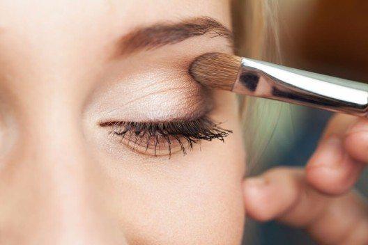 Eine gute Grundlage fürs Augen-Make-up ist eine Eyeshadow Base, auf der dann ein heller Lidschatten aufgetragen wird. (Bild: © AlikeYou - shutterstock.com)