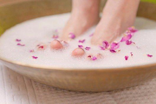 Ein spezielles Fussbad, das neben der Reinigung und Erfrischung auch der Desodorierung dient, ist der ideale Einstieg in das Pflege-Programm. (Bild: © drubig - fotolia.com)