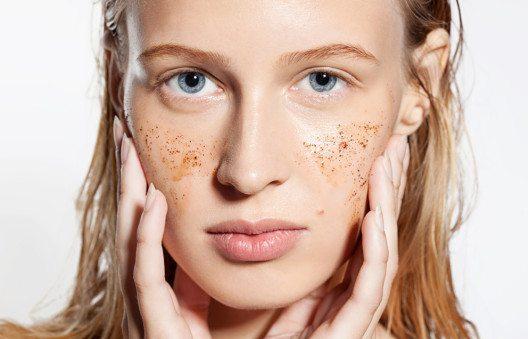 Gesichtspeeling beseitigt den Grauschleier aus abgestorbenen Hautschüppchen. (Bild: BeautyStockPhoto – Shutterstock.com)