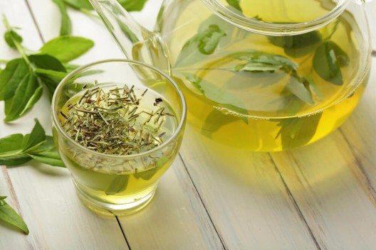 Epigallocatechingallate sind in grünem Tee enthalten. (Bild: © kuleczka - shutterstock.com)