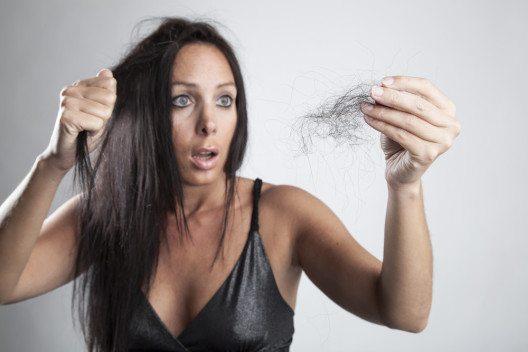Bei einem Verlust von mehr als hundert Haaren pro Tag spricht man jedoch von Haarausfall. (Bild: Cara-Foto – Shutterstock.com)