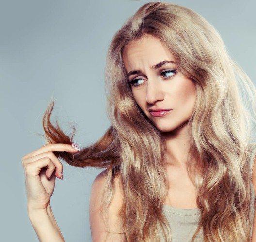 """Erste """"Symptome"""" äussern sich in Form von sprödem und stumpfen Haar, das sich strohig anfühlt. (Bild: © Gladskikh Tatiana - shutterstock.com)"""