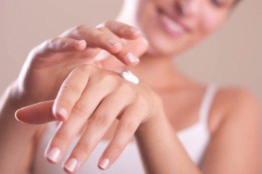 Eine Handcreme mit intensiv pflegenden Inhaltsstoffen wird zum besten Freund in der kalten Jahreszeit. (Bild: © petrunjela - shutterstock.com)