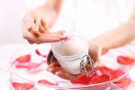 Von Zeit zu Zeit freuen sich die Hände über ein Peeling. (Bild: © Robert Przybysz - shutterstock.com)