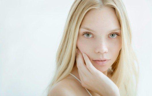 Besonders Menschen mit empfindlicher Haut sind beim Thema Gesichtsreinigung oftmals verunsichert. (Bild: © Juta - shutterstock.com)