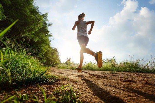 Eine sinnvolle Beschäftigung bei aufkommender Langeweile ist leichter Sport wie Walken oder Radfahren. (Bild: © Dudarev Mikhail - shutterstock.com)