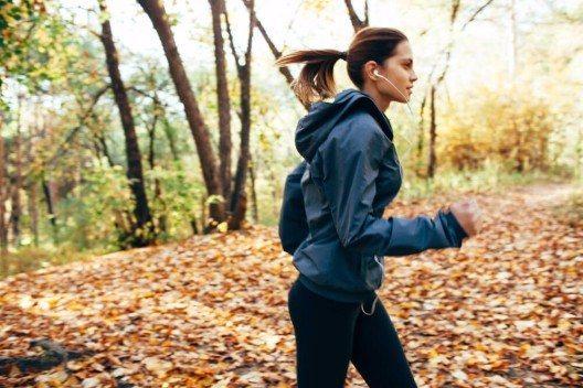 Wer über Jahre hinweg keinen Sport getrieben hat, wird den Vorsatz des täglichen Joggens aufgrund seines Muskelkaters schnell aufgeben. (Bild: © Pindyurin Vasily - shutterstock.com)
